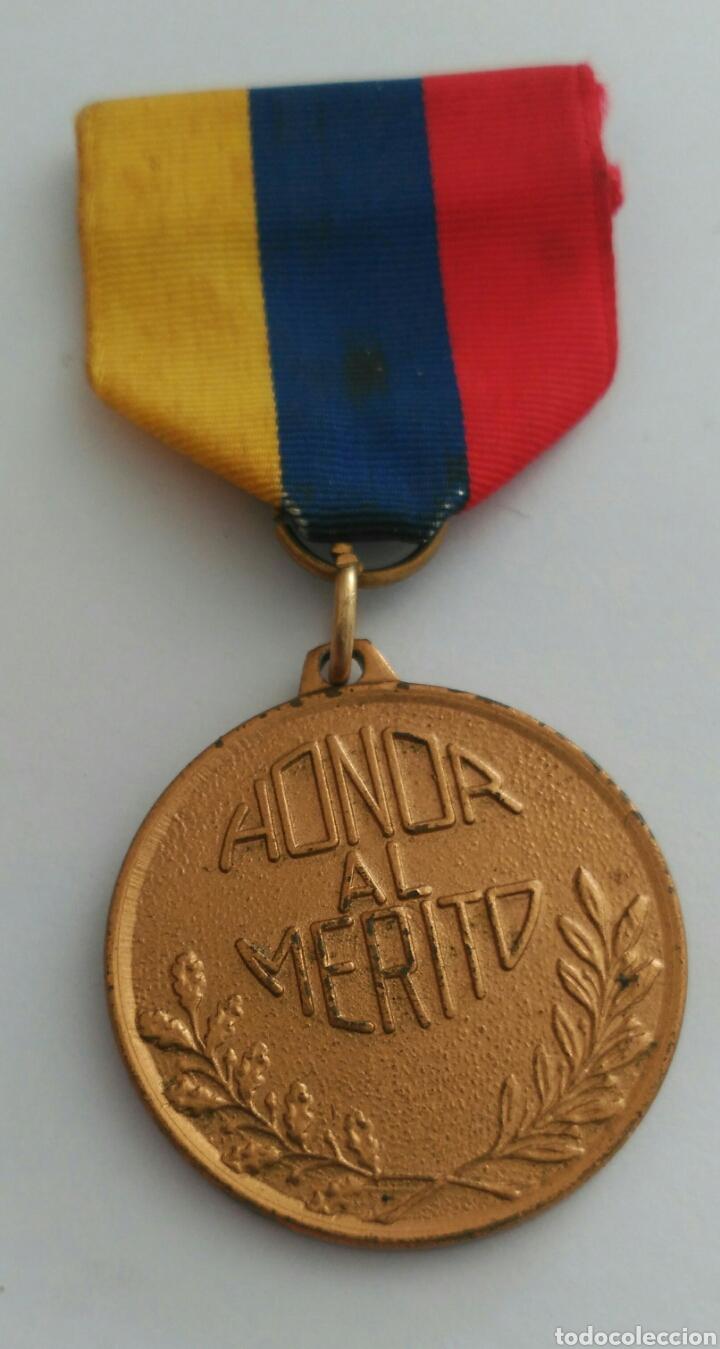 Medallas condecorativas: MEDALLA HONOR AL MÉRITO CON LA CINTA TRICOLOR DE VENEZUELA. ANTIGUA - Foto 3 - 88776304