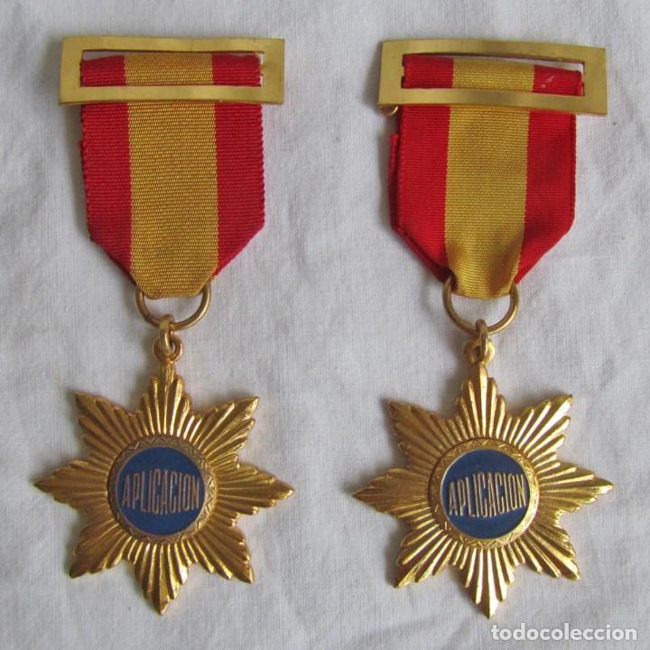 2 MEDALLAS O CONDECORACIONES METÁLICAS ESCOLARES APLICACIÓN (Numismática - Medallería - Condecoraciones)