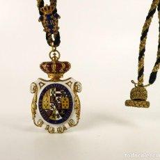Medallas condecorativas: MEDALLA CONDECORACIÓN DE ORO 18K Y ESMALTE ORDEN ISABEL II / ELISABETH II - EN ESTUCHE. Lote 107025003