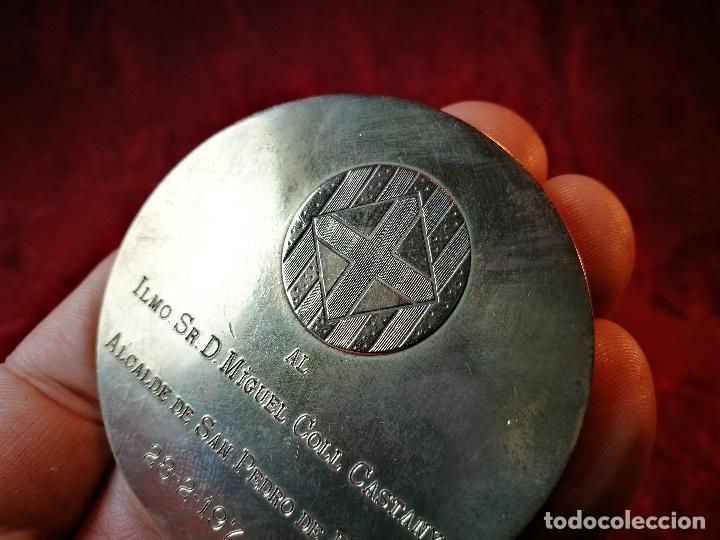 Medallas condecorativas: CONDECORACION SANT JORDI- SAN JORGE ..OTORGADA POR AYUNTAMIENTO BARCELONA AL ALCALDE...1974 - Foto 5 - 108688447