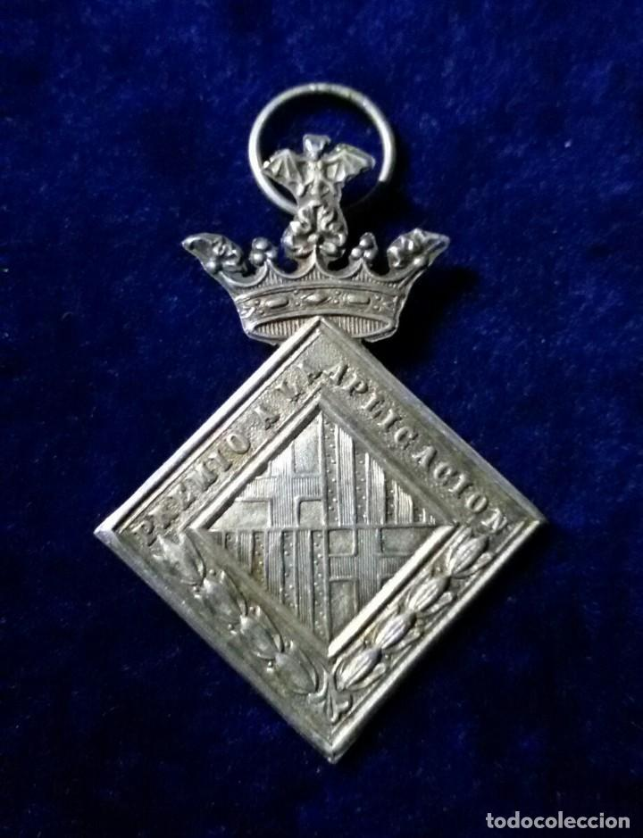 Medallas condecorativas: Medalla Premio a la Aplicación. AYUNTAMIENTO DE BARCELONA. Escudo de Armas de Barcelona - Foto 3 - 110954027