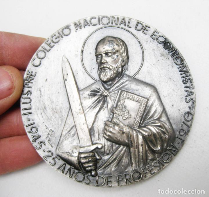 GRAN MEDALLA ILUSTRE COLEGIO NACIONAL DE ECONOMISTAS 1945 1970 MANUEL PRIETO PUERTO SANTAMARIA (Numismática - Medallería - Condecoraciones)