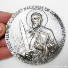 Medallas condecorativas: GRAN MEDALLA ILUSTRE COLEGIO NACIONAL DE ECONOMISTAS 1945 1970 MANUEL PRIETO PUERTO SANTAMARIA. Lote 112076267