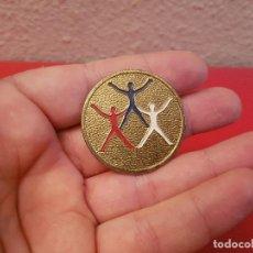 Medallas condecorativas: CONDECORACIÓN MEDALLA INSIGNIA PREMIO III FESTIVAL GIMNASTICO DN JUVENTUDES 1963 ESCOLAR ESCUELA . Lote 112567895