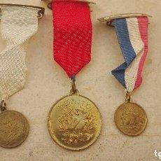 Medallas condecorativas: LOTE DE 3 ANTIGUAS MEDALLAS AL MÉRITO - PREMIO A LA APLICACIÓN. Lote 113123263