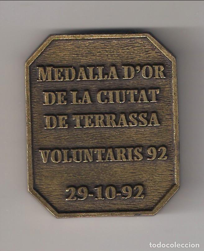 Medallas condecorativas: MEDALLA D'OR DE LA CIUTAT DE TERRASSA VOLUNTARIS 92. ENTREGADA EL 29-10-92. BRONCE. (MD15) - Foto 2 - 113162839