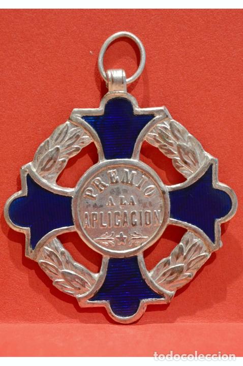 ANTIGUA MEDALLA AL MERITO ESCOLAR EN LATÓN Y ESMALTE (Numismática - Medallería - Condecoraciones)