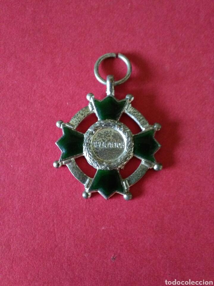 ANTIGUA MEDALLA/CONDECORACION. PREMIO A LA APLICACIÓN. ESMALTES VERDES . 2,8 X 2,8 CM. AÑOS 30. (Numismática - Medallería - Condecoraciones)
