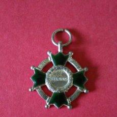 Medallas condecorativas: ANTIGUA MEDALLA/CONDECORACION. PREMIO A LA APLICACIÓN. ESMALTES VERDES . 2,8 X 2,8 CM. AÑOS 30.. Lote 128894104