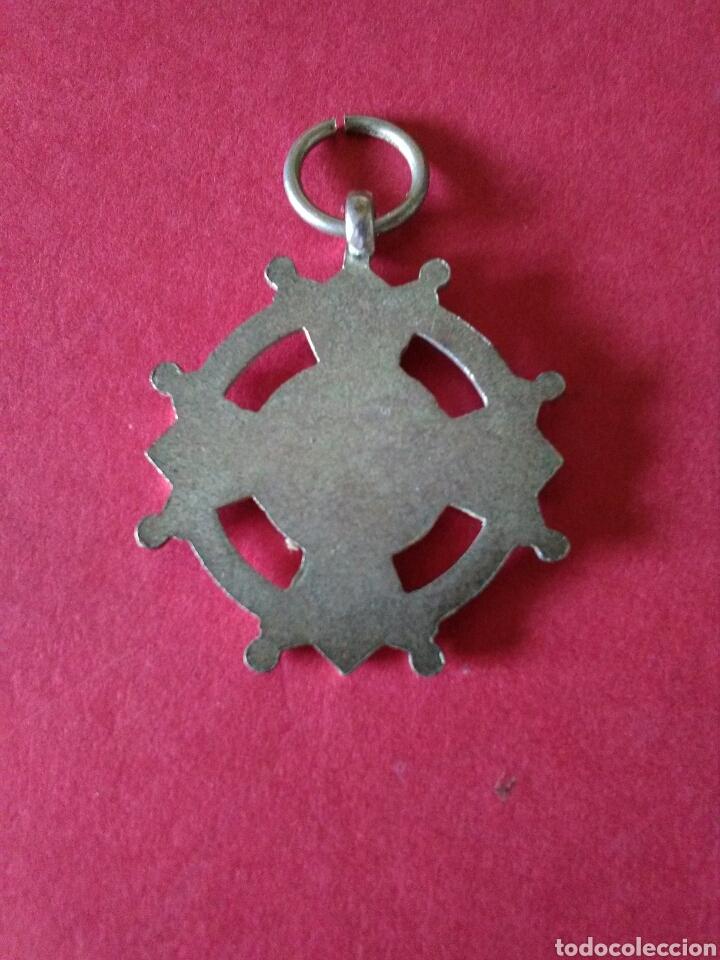 Medallas condecorativas: ANTIGUA MEDALLA/CONDECORACION. PREMIO A LA APLICACIÓN. ESMALTES VERDES . 2,8 x 2,8 CM. AÑOS 30. - Foto 2 - 128894104