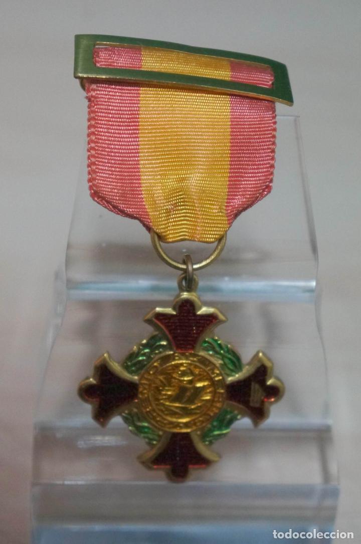 CURIOSA MEDALLA CON PASADOR BANDERA NACIONAL PREMIO AL MERITO (Numismática - Medallería - Condecoraciones)