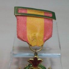 Medallas condecorativas: CURIOSA MEDALLA CON PASADOR BANDERA NACIONAL PREMIO AL MERITO. Lote 136632938