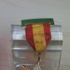 Medallas condecorativas: CURIOSA MEDALLA CON PASADOR BANDERA NACIONAL PREMIO EN RELIGION. Lote 136633054
