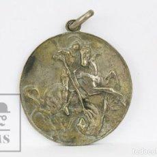 Medallas condecorativas: ANTIGUA MEDALLA PLATEADA - SANT JORDI / PREMIO ASISTENCIA Y PUNTUALIDAD, CURSO 1947-48. Lote 136699374
