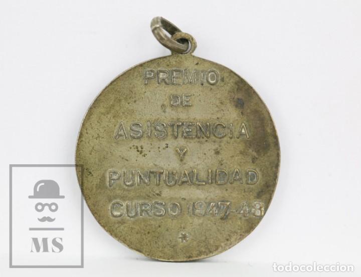 Medallas condecorativas: Antigua Medalla Plateada - Sant Jordi / Premio asistencia y Puntualidad, Curso 1947-48 - Foto 2 - 136699374