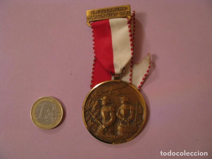MEDALLA BOMBEROS SUIZA. 7. FEUERWEHRMARSCH VISP 1981. P. KRAMER NEUCHATEL. (Numismática - Medallería - Condecoraciones)