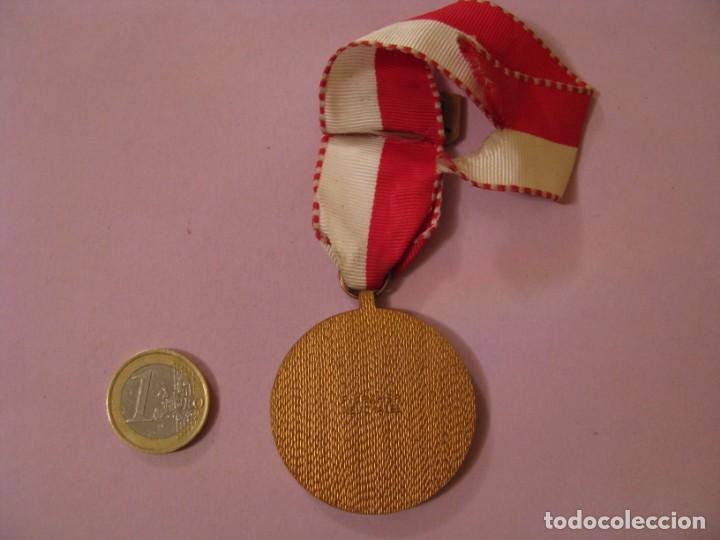 Medallas condecorativas: MEDALLA BOMBEROS SUIZA. 7. FEUERWEHRMARSCH VISP 1981. P. KRAMER NEUCHATEL. - Foto 2 - 145206362