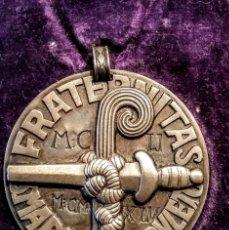 Medallas condecorativas: MEDALLÓN DE BRONCE, INSIGNIA DE PLATA Y ESTUCHE DE PIEL DE HER.BENEFACTORES DEL MONASTERIO DE POBLET. Lote 148190626