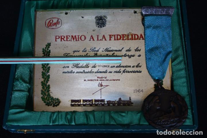 RENFE-MEDALLA Y PLACA A LA FIDELIDAD-TREN-FERROCARRILES (Numismática - Medallería - Condecoraciones)