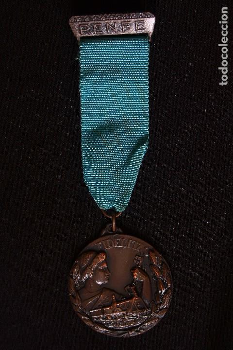Medallas condecorativas: RENFE-MEDALLA Y PLACA A LA FIDELIDAD-TREN-FERROCARRILES - Foto 3 - 149537134