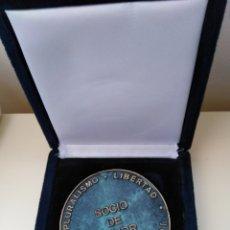 Medallas condecorativas: MEDALLA EN CAJA DE SOCIO DE HONOR DE LA SEG SOC PESA BASTANTE MUY BONITA. Lote 150969718