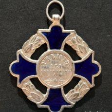 Medallas condecorativas: ANTIGUA MEDALLA AL MERITO ESCOLAR INCUSA EN LATÓN Y ESMALTE. Lote 167427416