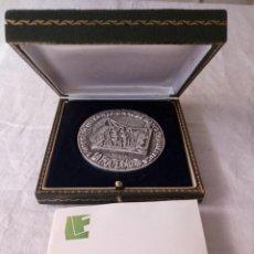Medallas condecorativas: MONEDA PLATA GRANDE CONMEMORATIVA LA FRATERNIDAD 106G. Lote 171504128