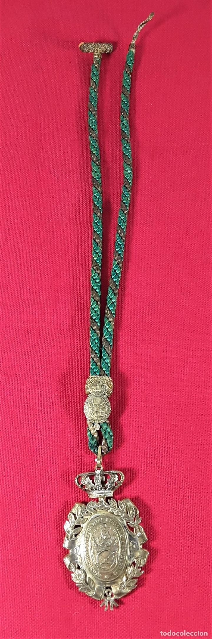 Medallas condecorativas: CONDECORACIÓN EN PLATA. REAL ACADEMIA DE NOBLES ARTES DE SN. FERNANDO. - Foto 2 - 178759653