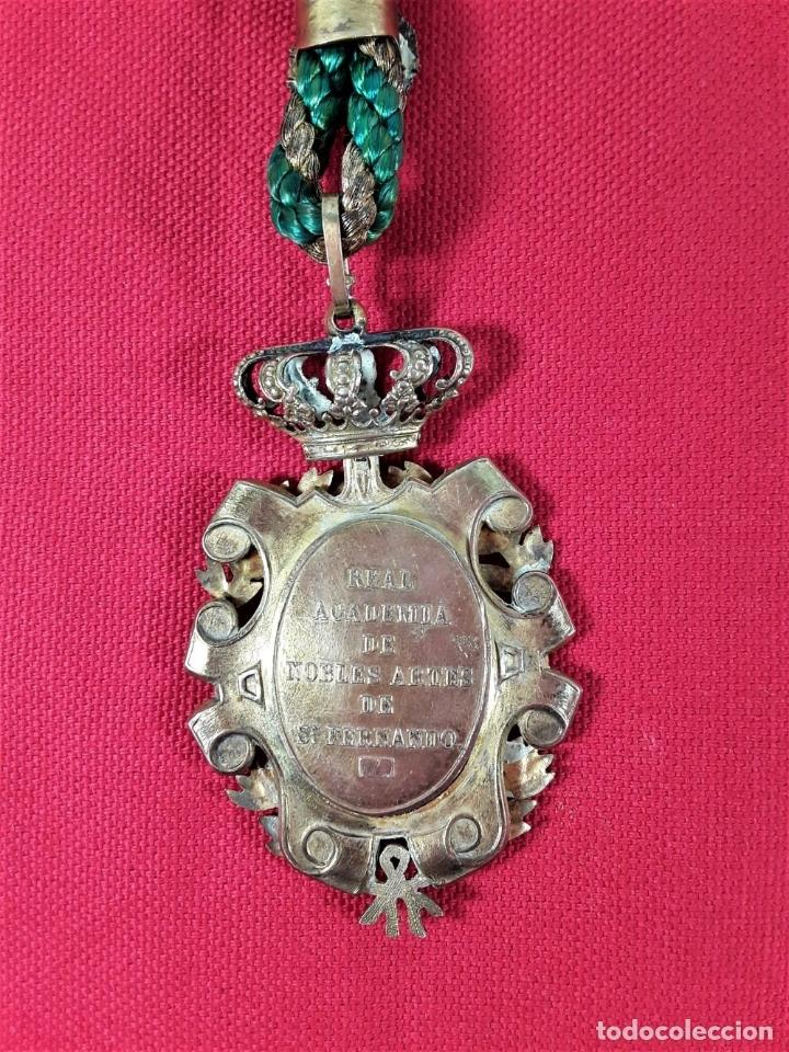 Medallas condecorativas: CONDECORACIÓN EN PLATA. REAL ACADEMIA DE NOBLES ARTES DE SN. FERNANDO. - Foto 5 - 178759653