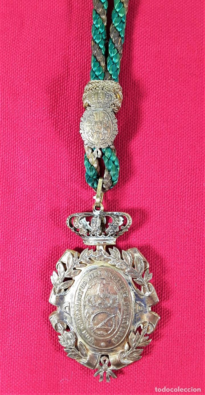 CONDECORACIÓN EN PLATA. REAL ACADEMIA DE NOBLES ARTES DE SN. FERNANDO. (Numismática - Medallería - Condecoraciones)