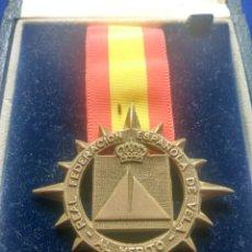 Medallas condecorativas: MEDALLA PLATA AL MERITO REAL FEDERACIÓN ESPAÑOLA DE VELA. Lote 178961095