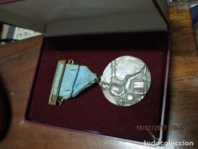 Medallas condecorativas: ANTIGUA MEDALLA CONDECORACION con pasador y banda azul SIN IDENTIFICAR - Foto 4 - 110105027