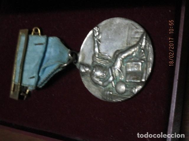 Medallas condecorativas: ANTIGUA MEDALLA CONDECORACION con pasador y banda azul SIN IDENTIFICAR - Foto 7 - 110105027