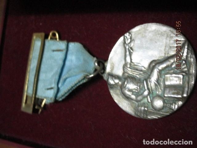 Medallas condecorativas: ANTIGUA MEDALLA CONDECORACION con pasador y banda azul SIN IDENTIFICAR - Foto 5 - 110105027