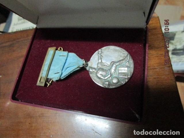 Medallas condecorativas: ANTIGUA MEDALLA CONDECORACION con pasador y banda azul SIN IDENTIFICAR - Foto 13 - 110105027