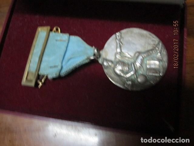 Medallas condecorativas: ANTIGUA MEDALLA CONDECORACION con pasador y banda azul SIN IDENTIFICAR - Foto 14 - 110105027