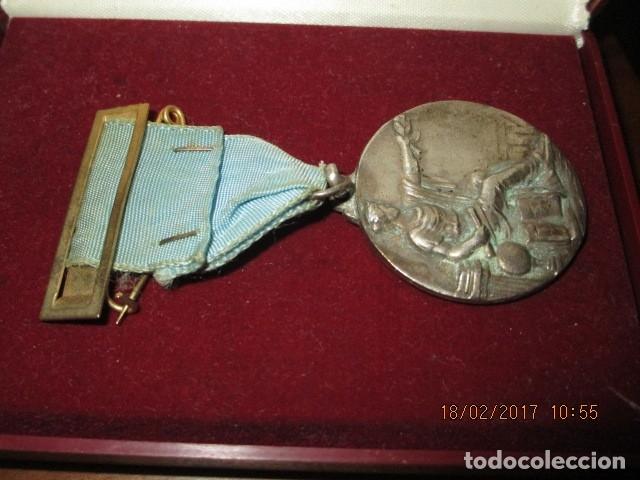 Medallas condecorativas: ANTIGUA MEDALLA CONDECORACION con pasador y banda azul SIN IDENTIFICAR - Foto 2 - 110105027