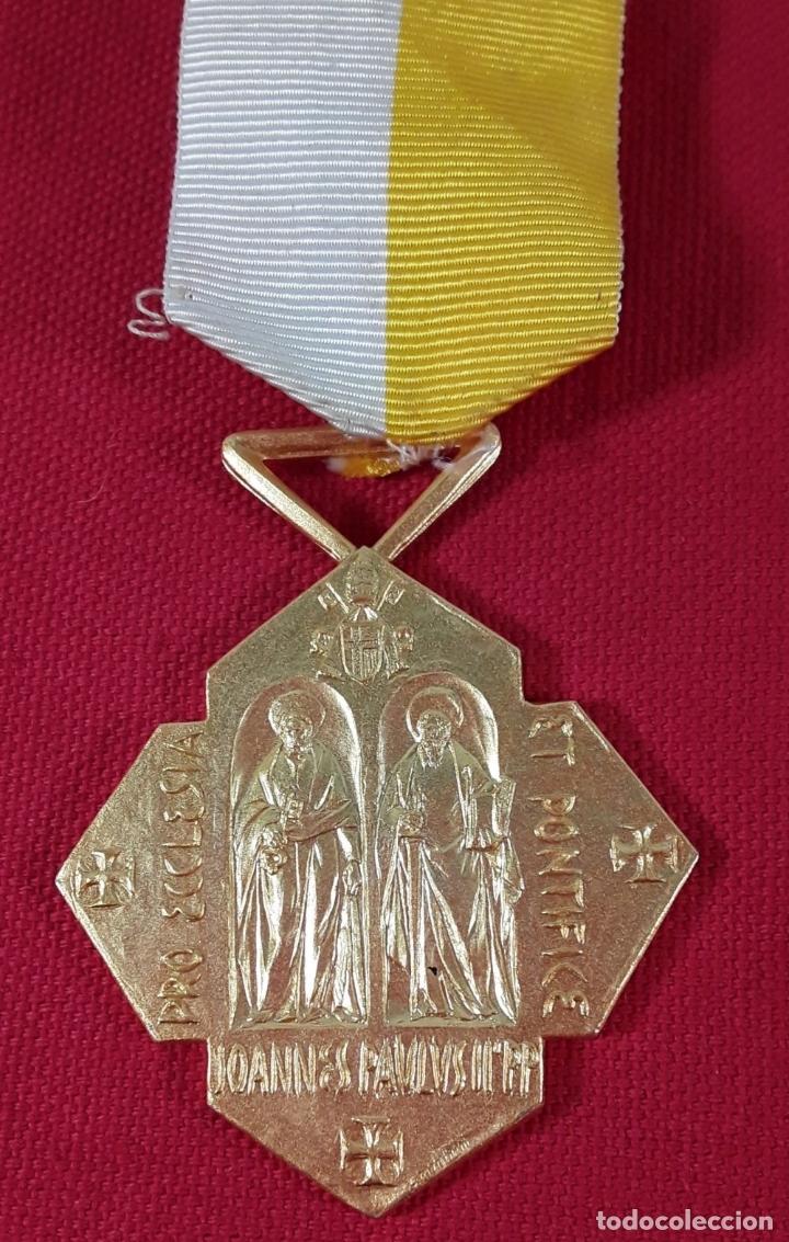 Medallas condecorativas: CONDECORACIÓN, METAL DORADO. JOANNI BASSEGODA NONELL. ESPAÑA. 2002. - Foto 2 - 183073541