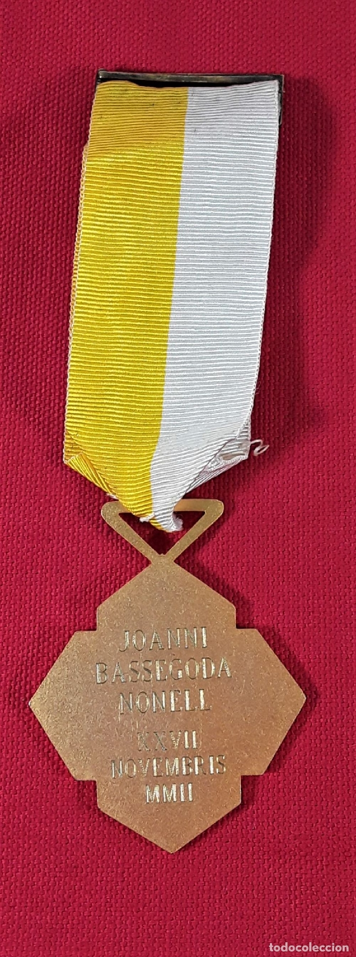 Medallas condecorativas: CONDECORACIÓN, METAL DORADO. JOANNI BASSEGODA NONELL. ESPAÑA. 2002. - Foto 3 - 183073541