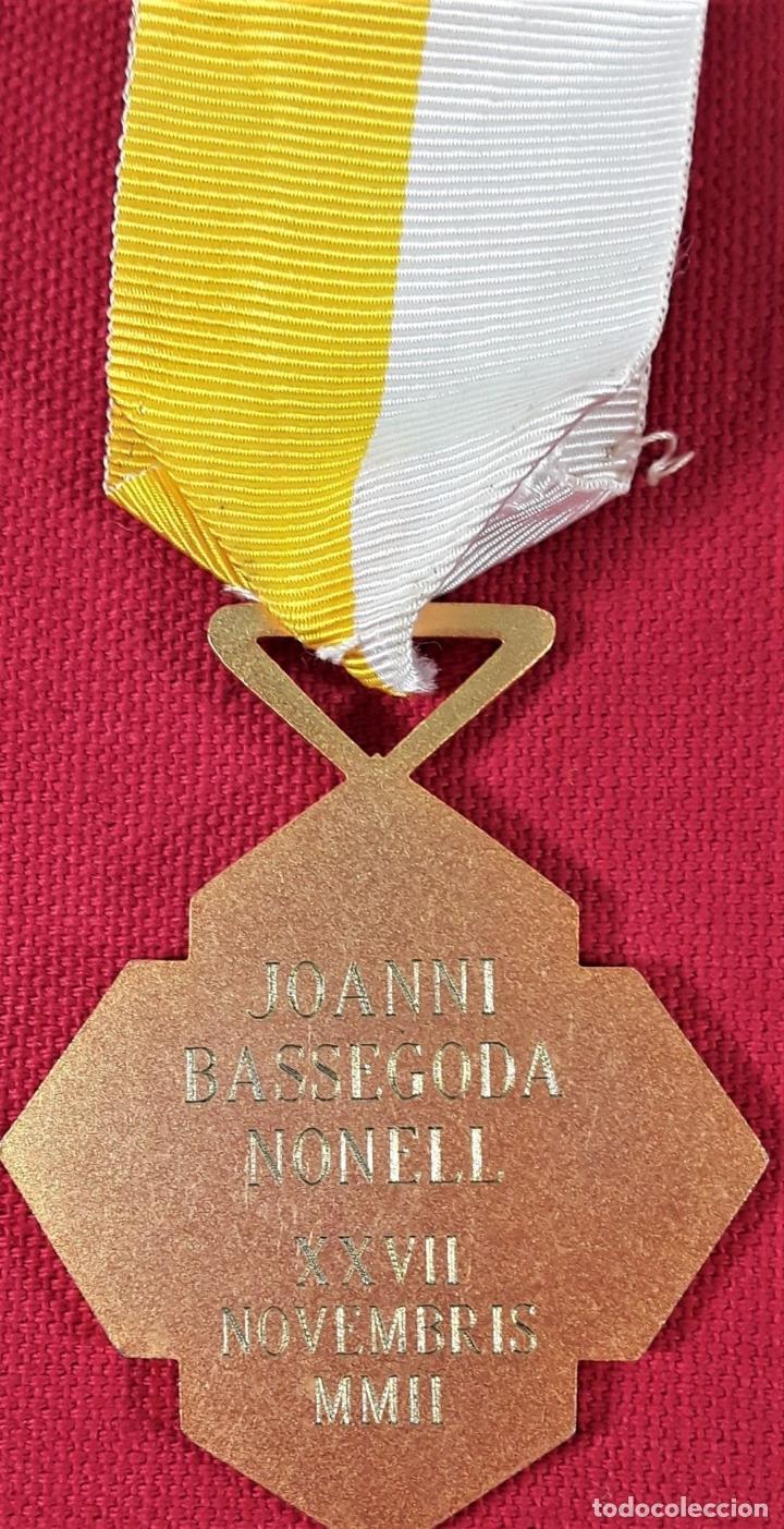 Medallas condecorativas: CONDECORACIÓN, METAL DORADO. JOANNI BASSEGODA NONELL. ESPAÑA. 2002. - Foto 4 - 183073541