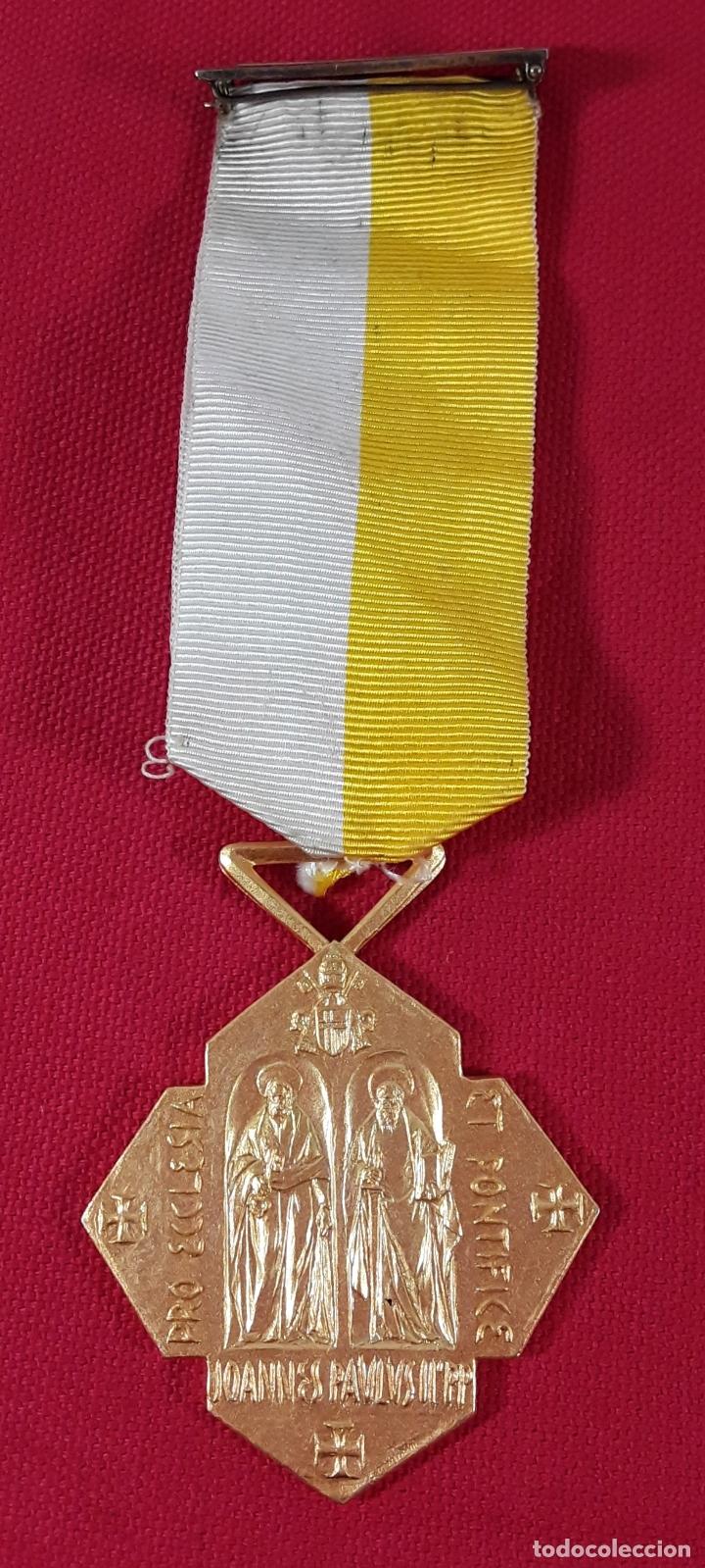 CONDECORACIÓN, METAL DORADO. JOANNI BASSEGODA NONELL. ESPAÑA. 2002. (Numismática - Medallería - Condecoraciones)