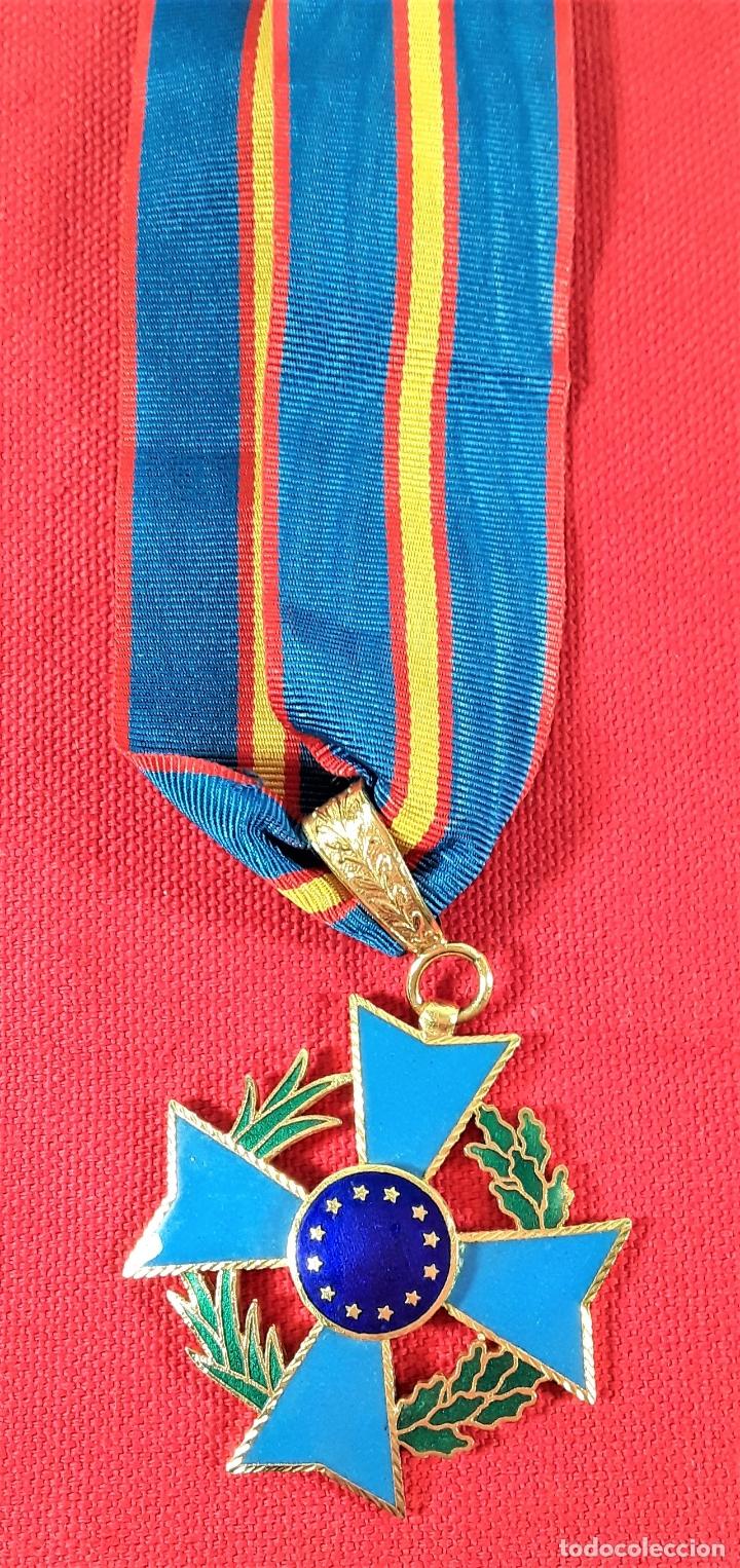 CONDECORACIÓN EN METAL DORADO ESMALTADO, 12 ESTRELLAS DORADAS. ESPAÑA. (Numismática - Medallería - Condecoraciones)