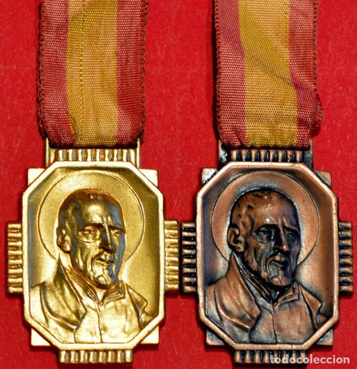 LOTE 2 ANTIGUAS MEDALLAS ESCOLARES MEDALLA ESCOLA PIA DE SARRIA BARCELONA CATEGORIA ORO Y BRONCE (Numismática - Medallería - Condecoraciones)