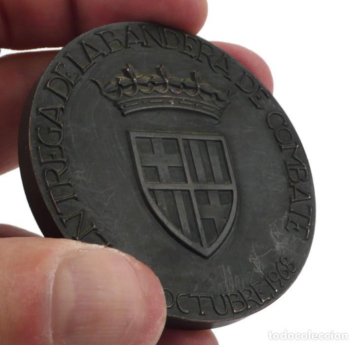 Medallas condecorativas: Medalla conmemorativa de la entrega de bandera de combate -1968 Barcelona al Dédalo - Foto 4 - 194742192