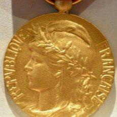Medallas condecorativas: MEDALLA MERITO AL TRABAJO HONOR 30 AÑOS CATEGORIA ORO FRANCIA CAJA ORIGINAL EXCELENTE CONSERVACIÓN. Lote 94582219