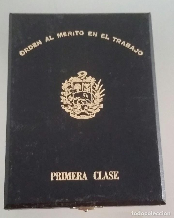 Medallas condecorativas: CONDECORACIÓN DE PLATA. ORDEN MÉRITO EN EL TRABAJO. 1a. CLASE. VENEZUELA - Foto 4 - 199359226