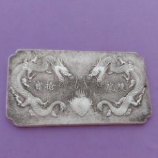 Medallas condecorativas: MUY ANTIGUA PIEZA DE PLATA TIBETANA CON 2 DRAGONES. Lote 199412923