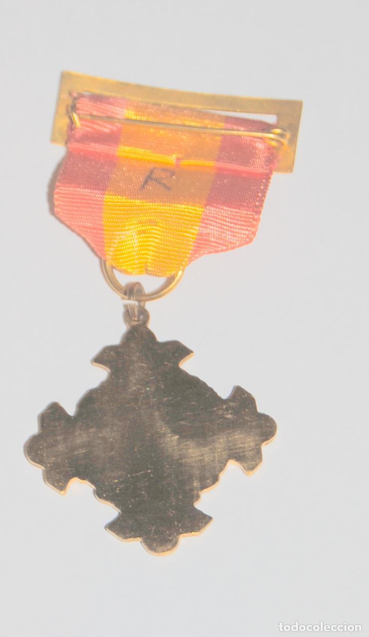 Medallas condecorativas: CURIOSA MEDALLA CON PASADOR BANDERA NACIONAL PREMIO AL MERITO - Foto 2 - 136632938