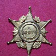 Medallas condecorativas: ANTIGUA MEDALLA AL MERITO. Lote 221655953