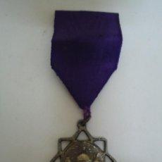 Medallas condecorativas: PEQUEÑA MEDALLA DE PREMIO ESCOLAR . CINTA MORADA. --- 13. Lote 235302335
